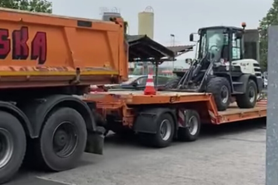 Der Bauhof-Trupp hat auch einen Radlader dabei und will die Schäden der Naturkatastrophe in Ahrweiler beseitigen.