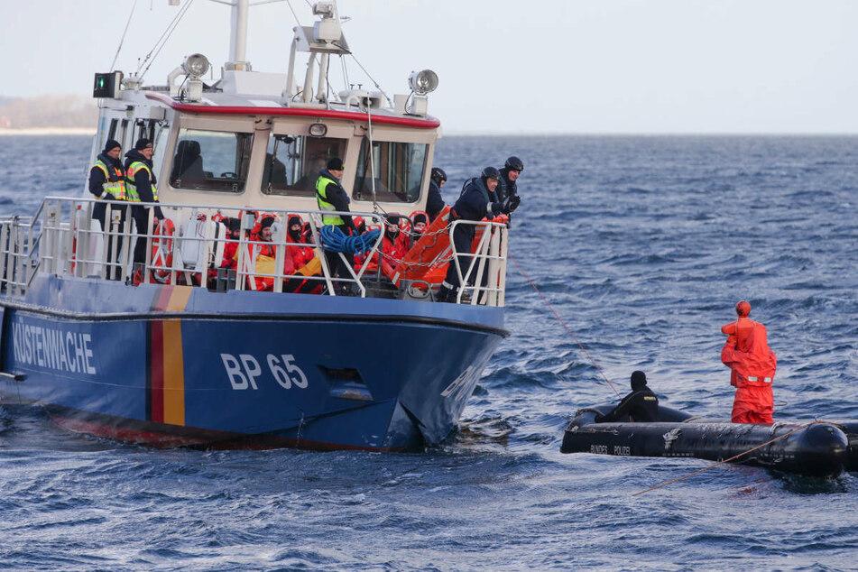Die Küstenwache bei einer Seenotrettungsübung. Am Dienstag mussten nördlich von Rügen zwei schiffbrüchige Angler geborgen werden. (Symbolfoto)