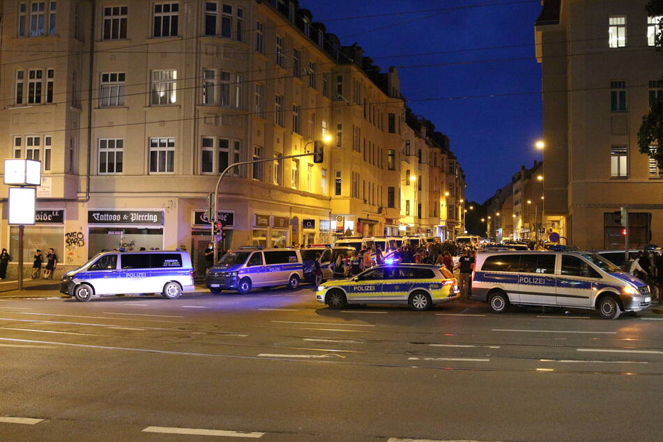 Mittlerweile hat die Polizei die Zweinaundorfer Straße im Leipziger Osten abgesperrt.