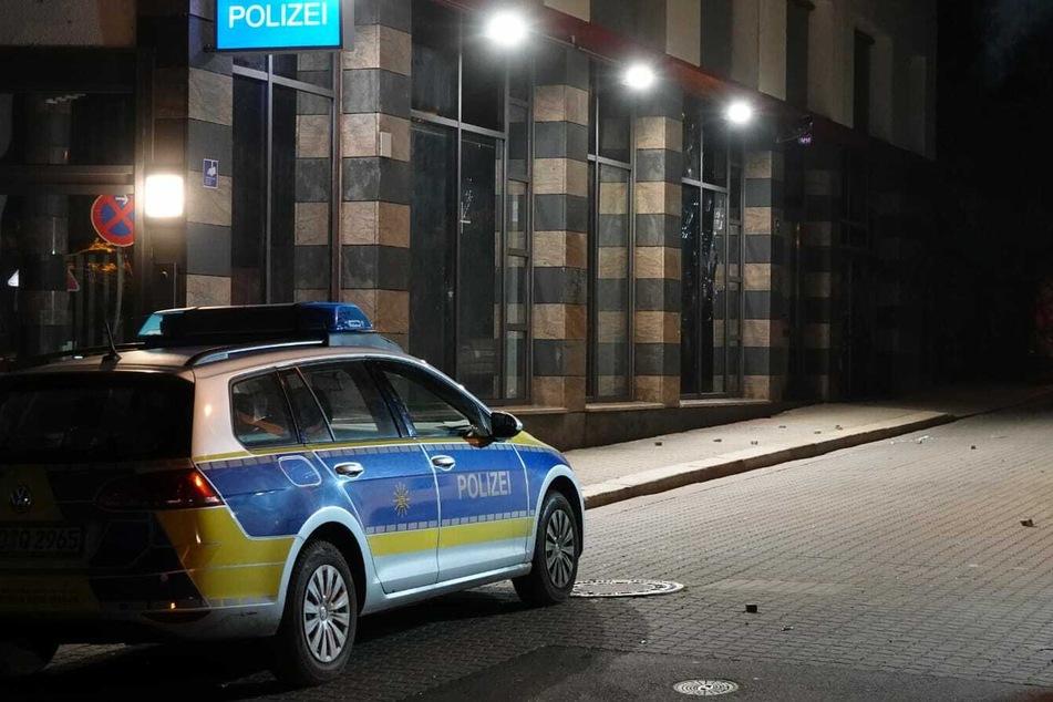 Pflastersteine liegen auf der Straße vor der Polizeidienststelle.