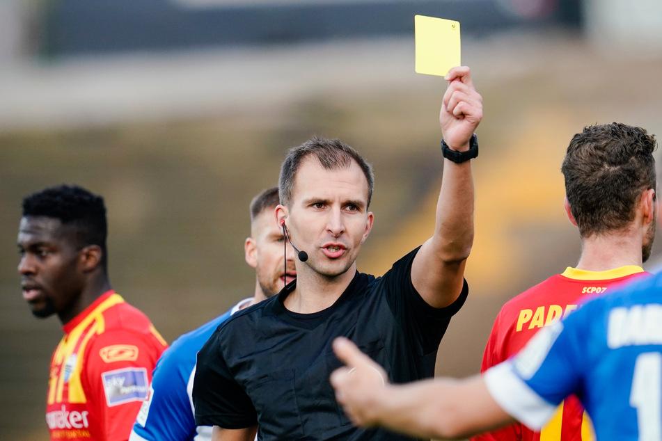 Schiedsrichter Florian Heft (31) hat beim Derby FCK gegen Waldhof die erste Gelbe Karte zu spät gezückt. (Archivbild)