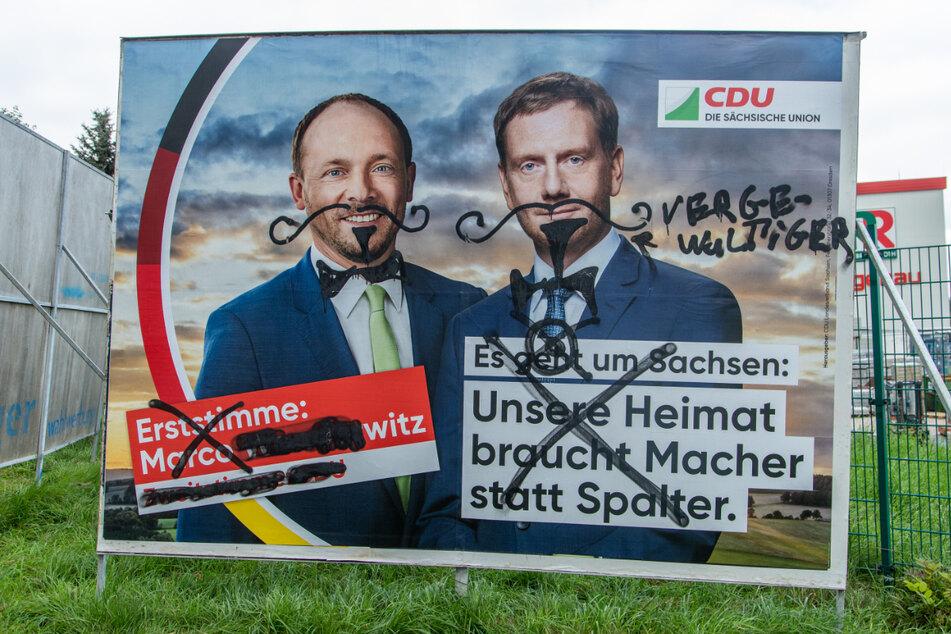 Unbekannte verzierten unter anderem CDU-Kandidat Marco Wanderwitz (45) und Ministerpräsident Michael Kretschmer (46) mit Schnurrbärten.