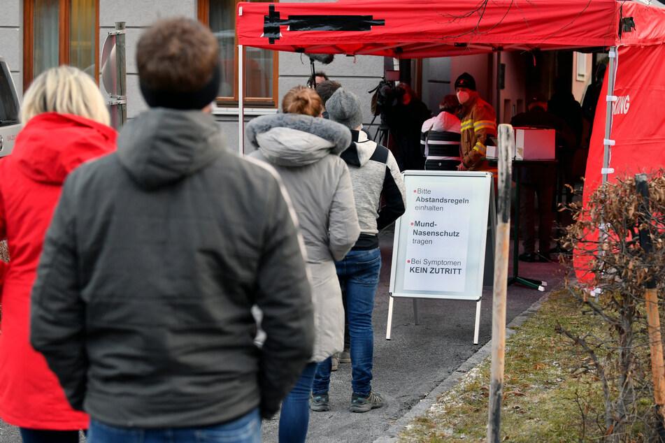 Anwohner stehen am Morgen vor einer Teststation im Feuerwehrhaus von Annaberg während eines Corona-Massentests am Eingang an. Österreich setzt bei der Eindämmung der Corona-Pandemie auf freiwillige Massentests der Bevölkerung.