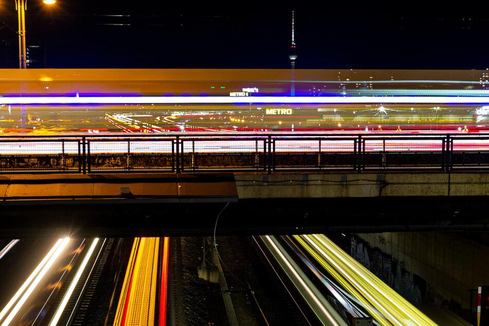 Die Warschauer Brücke ist vor allem nachts ein beliebter Treffpunkt bei Berliner Partygängern.