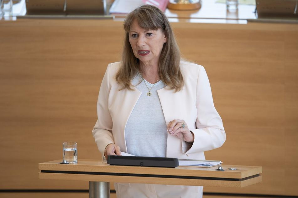 Petra Köpping (61, SPD), Gesundheitsministerin von Sachsen, spricht während der Sitzung im Landtag zu den Abgeordneten.