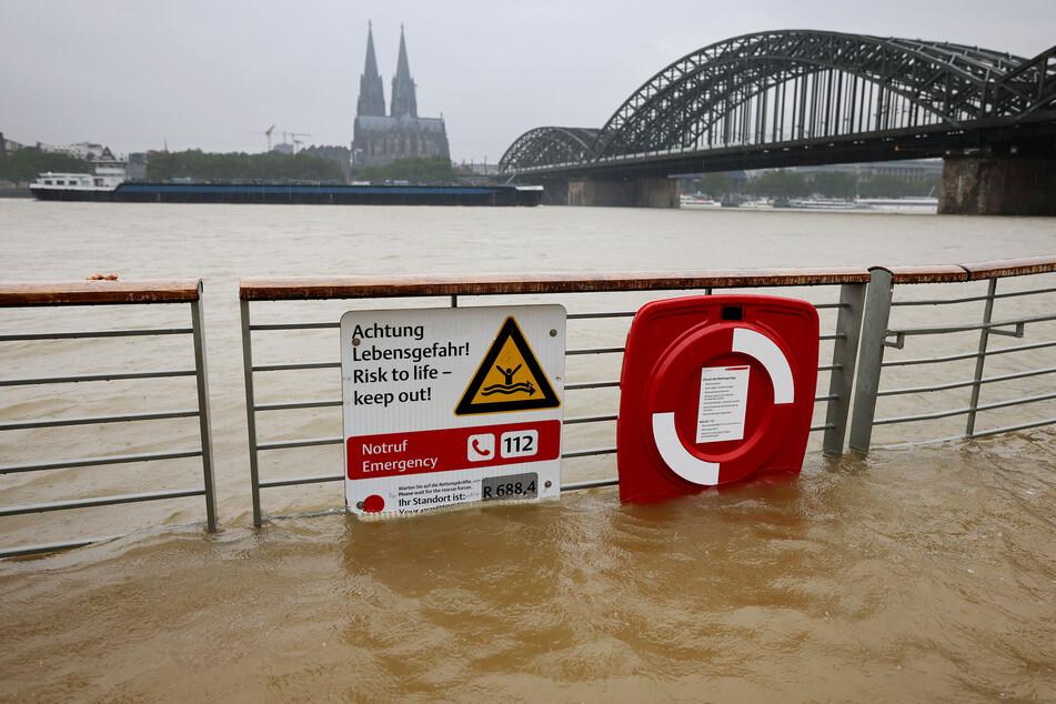 Der Rhein überflutet bereits die Promenade in Köln. In Nordrhein-Westfalen werden in den nächsten Tagen Gewitter mit Hagel und Böen erwartet.