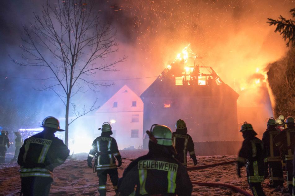 Flammen-Inferno in Wohnhaus: Dachstuhl brennt komplett aus