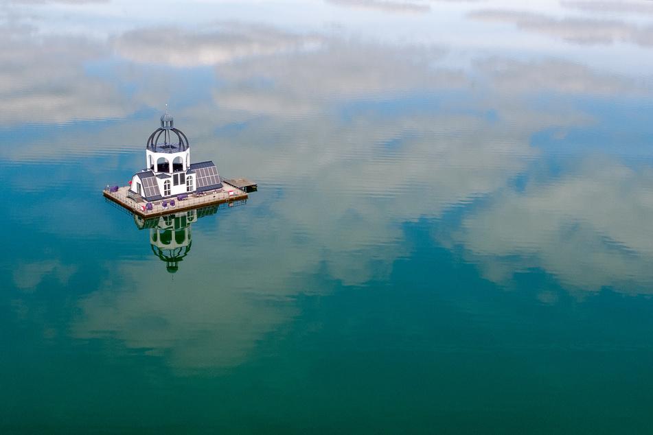 Die schwimmende Insel im Störmthaler Badesee: Die VINETA ist ein künstlerisches Denkmal, das an eine durch den Tagebau verlorene Kirche erinnern soll.