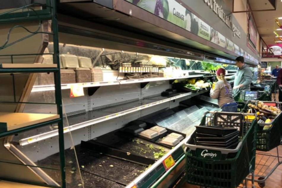 Die Angestellten des Supermarktes mussten die Ladenfläche desinfizieren .