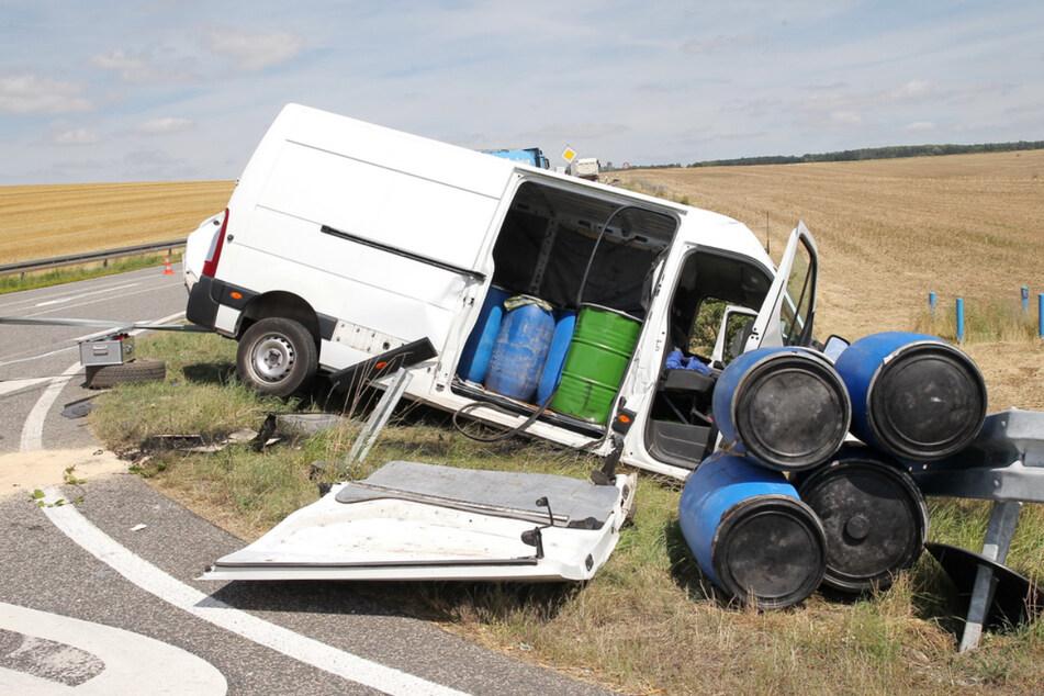 Der verunfallte Renault-Transporter liegt stark beschädigt im Straßengraben.