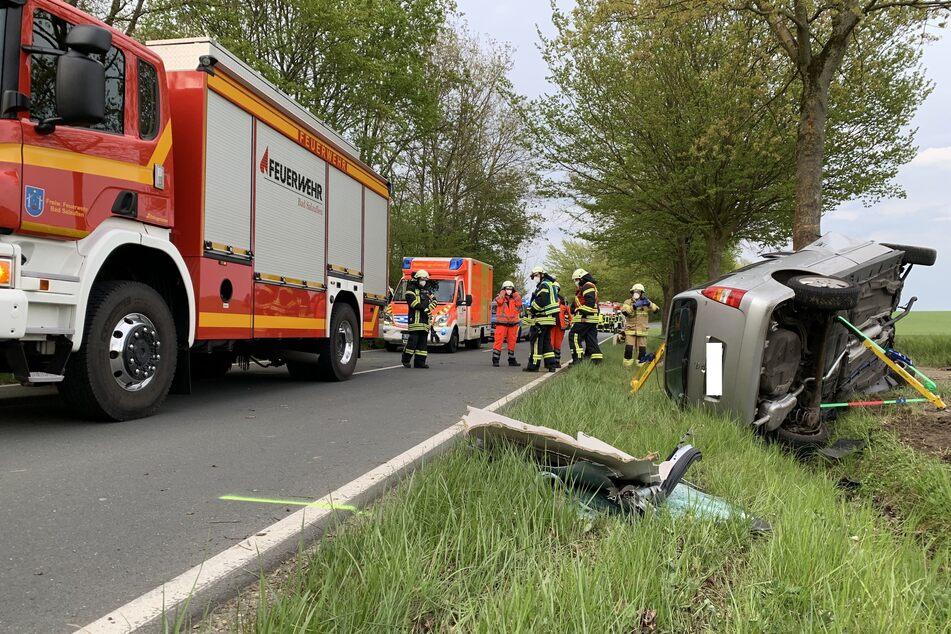 Die Freiwillige Feuerwehr Bad Salzuflen sicherte das verunfallte Fahrzeug und unterstützte bei der Bergung.