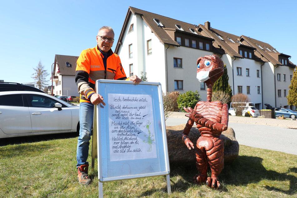 Christian Fritzsch (60) hat seinen geschnitzten E.T. in der Joachimsthaler Straße aufgestellt.