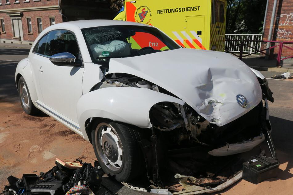Der VW-Fahrer hatte auf der Hauptstraße Grün, als er die Kreuzung überquerte und der Rettungswagen rechts aus der Plauener Straße herangefahren kam.