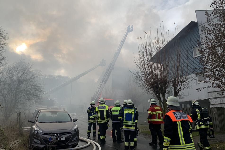 Die angerückten Einsatzkräfte der Feuerwehr konnten ein Übergreifen auf angrenzende Häuser verhindern.