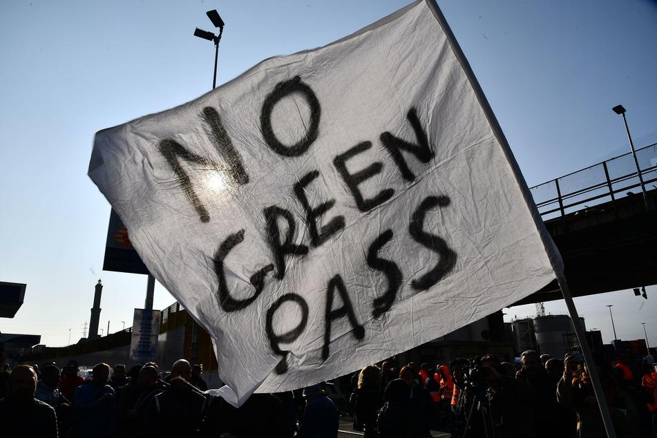 Angestellte des Hafenterminals Psa von Genua protestieren vor den Toren des Terminals gegen die neuen Corona-Vorgaben.