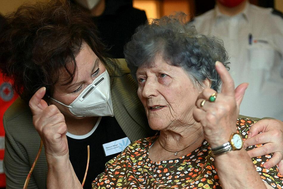 """""""Keine Impfnebenwirkungen"""": Heimleiterin Ramona Weigel spricht mit ihrer Bewohnerin Hanna Hertzsch (85)."""