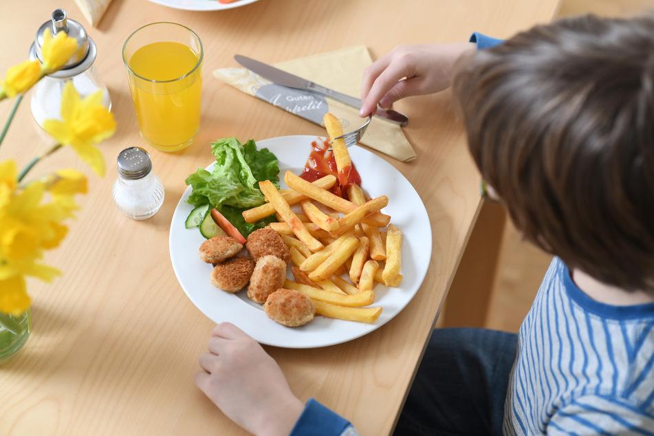 Bislang ist unklar, wie die Ernte für Verarbeitungskartoffeln für Pommes Frites und Chips in NRW ausfallen wird. (Symbolbild)