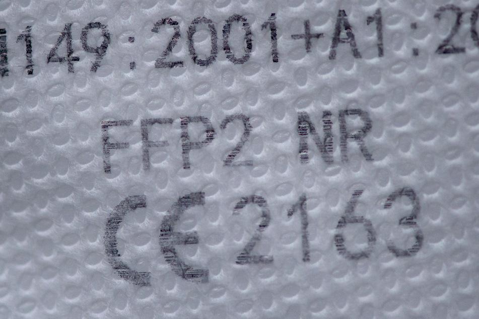 Eine FFP2-Maske mit einem CE-Zeichen liegt auf einem Tisch. Europäische Staaten haben einander im vergangenen Jahr 2253 mal vor gefährlichen Produkten gewarnt.