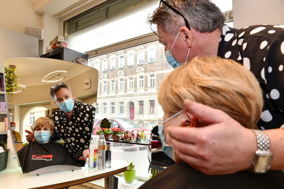 Friseur Holger Knievel (55) kann in seinem Salon wieder Kunden verschönern.