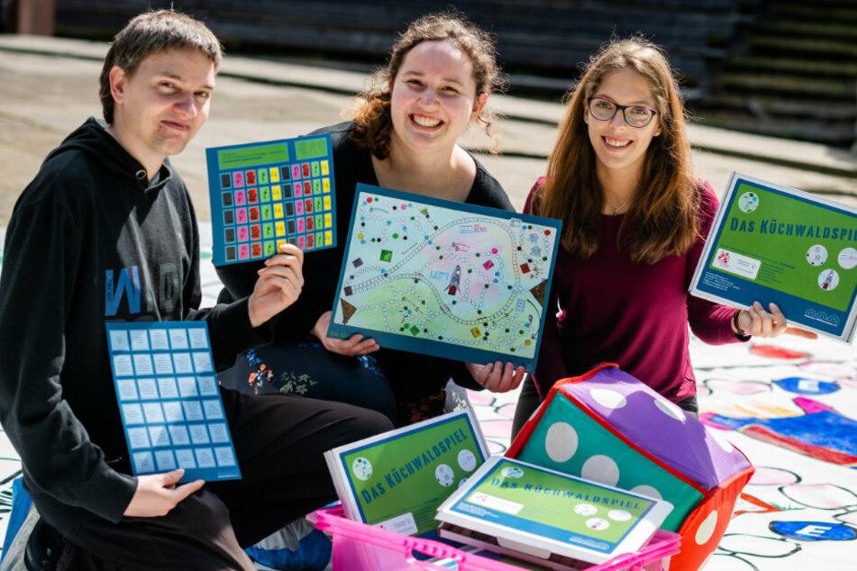 Tobias Brinkmann (30), Melanie Herrmann (20) und Celine Roscher (20) vom Deutschen Spielemuseum präsentieren das neue Brettspiel.