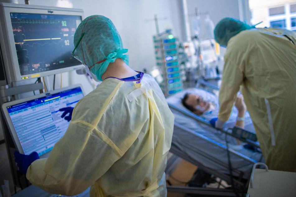 Krankenschwestern und Pflegekräfte arbeiten im besonders geschützten Teil der Intensivstation des Universitätsklinikums Greifswald mit Corona-Patienten.
