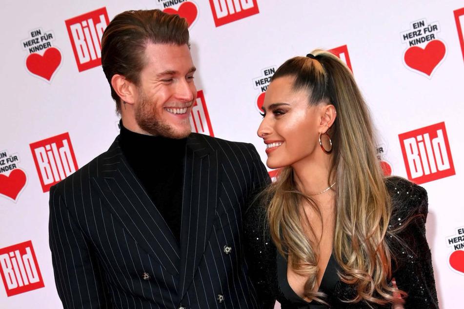"""Loris Karius (27) und Sophia Thomalla (31) besuchen im Dezember 2020 die TV-Spendengala """"Ein Herz für Kinder"""". Das Promi-Paar geizt bei Instagram nicht mit seinen Reizen."""