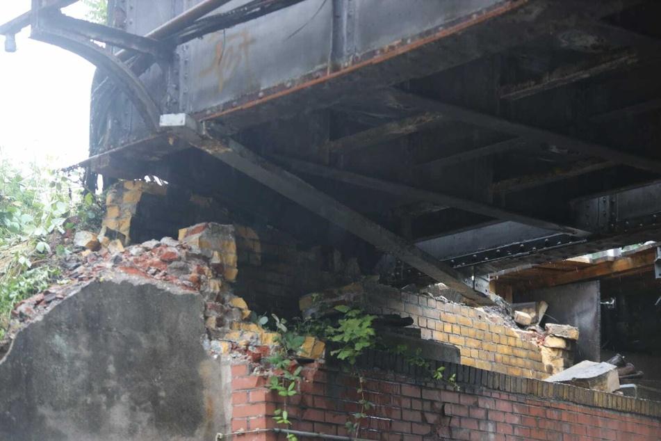 An der Brücke entstand bei dem Unfall am Freitag erheblicher Schaden.