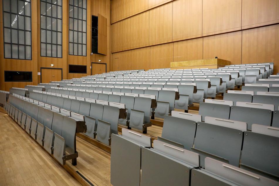 Die Sitze im Hörsaal der Universität Köln waren im Frühjahr noch leer. Das hat sich teilweise geändert.
