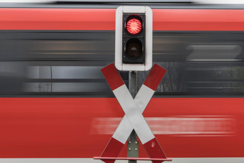 Unfall an unbeschranktem Bahnübergang: Regionalzug rammt Wohnmobil