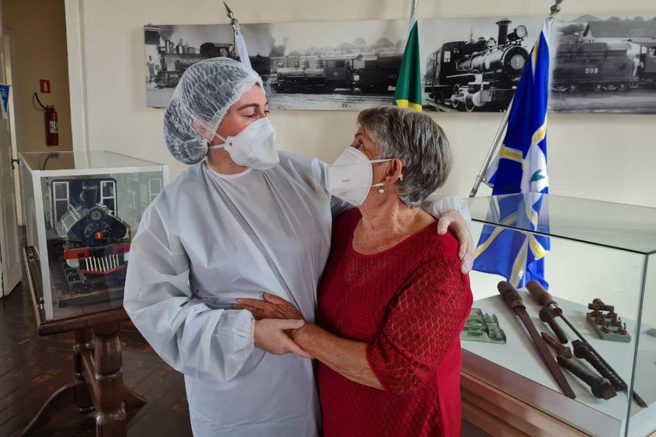Brasilien, Araguari: Denise Abranches (l.) umarmt ihre Mutter zum ersten Mal in fast eineinhalb Jahren.