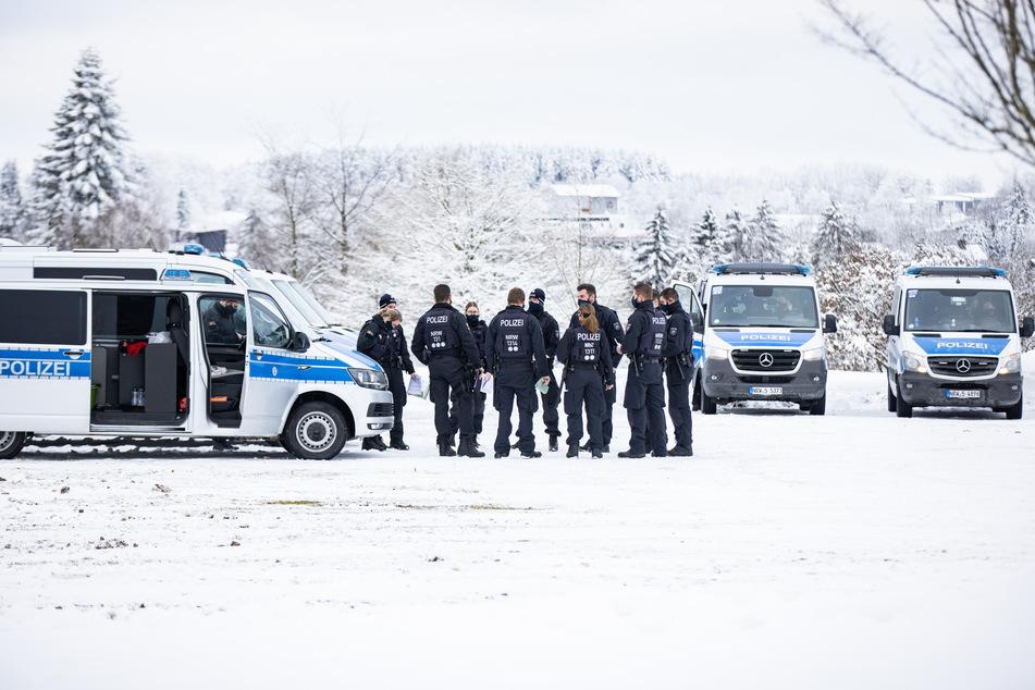 Nach zum Teil chaotischen Zuständen in den Wintersportgebieten sperren die Behörden auch an diesem Wochenende wieder Hänge und Zufahrten ab.