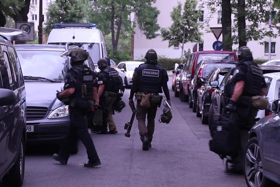 Schwer bewaffnete Polizisten verschafften sich Zutritt zur Wohnung.