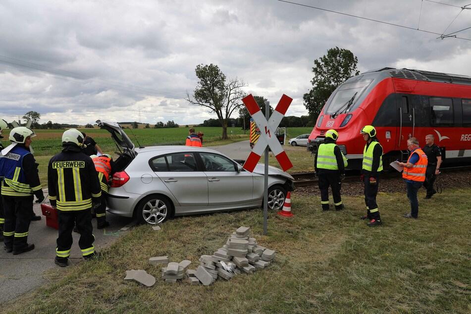 Das Auto wurde auf den Gleisen von einer S-Bahn erfasst.