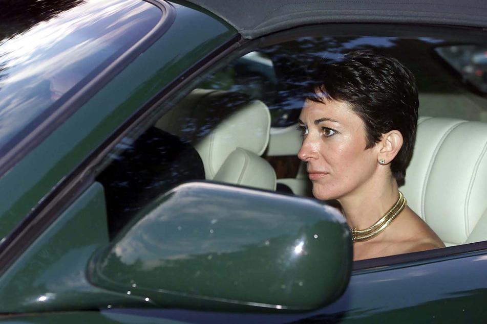 Ghislaine Maxwell verlässt in einem Auto mit Prinz Andrew (61) die Hochzeit einer damaligen Freundin in Salisbury. (Archivbild)