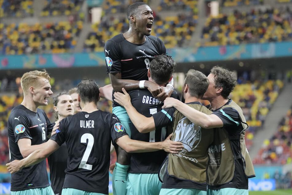 David Alaba oben auf: Mit seiner sensationellen Flanke bereitete der scheidende Verteidiger des FC Bayern München das 2:1 für Österreich vor.