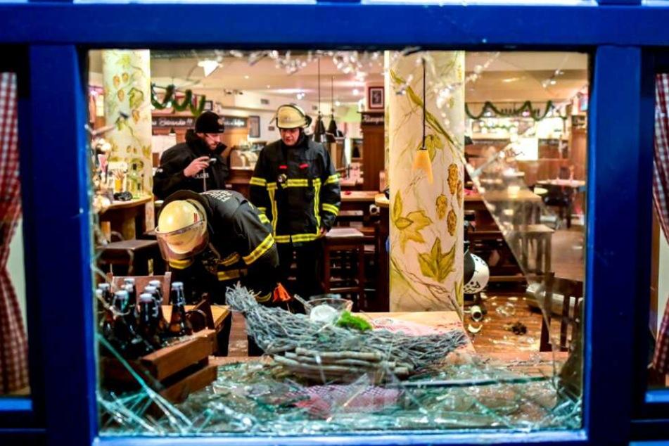 Feuerwehrleute begutachten die Schäden der Schlägerei.