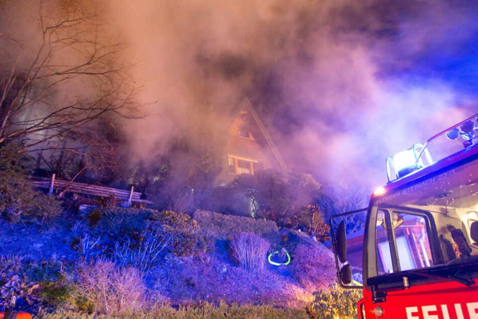 Die Feuerwehr musste sich durch unwegsames Gelände kämpfen, um zu dem Brand zu gelangen.