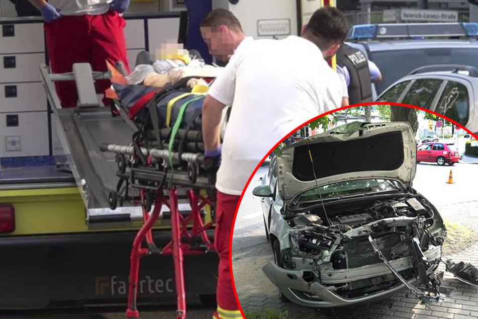 Schwerer Unfall in der City: Auto kracht in Laster und gegen Baum