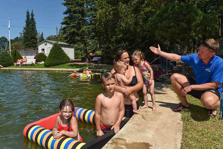 Helena (3, v.r.), Mutter Joana Bauer (31), sowie Albert (1), Anton (7) und Annelie (5) genießen das Bad.