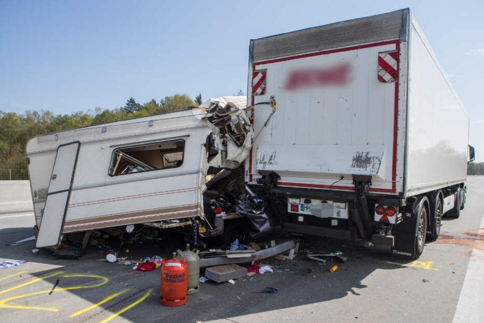Das Wohnmobil krachte seitlich in den Lastwagen.
