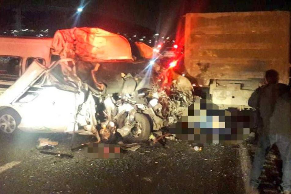 Bei dem Unfall kamen mindestens zwölf Menschen ums Leben, fünf wurden verletzt.