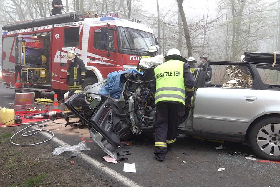 Die Feuerwehr musste das Dach des Autos entfernen, um die junge Frau befreien zu können.
