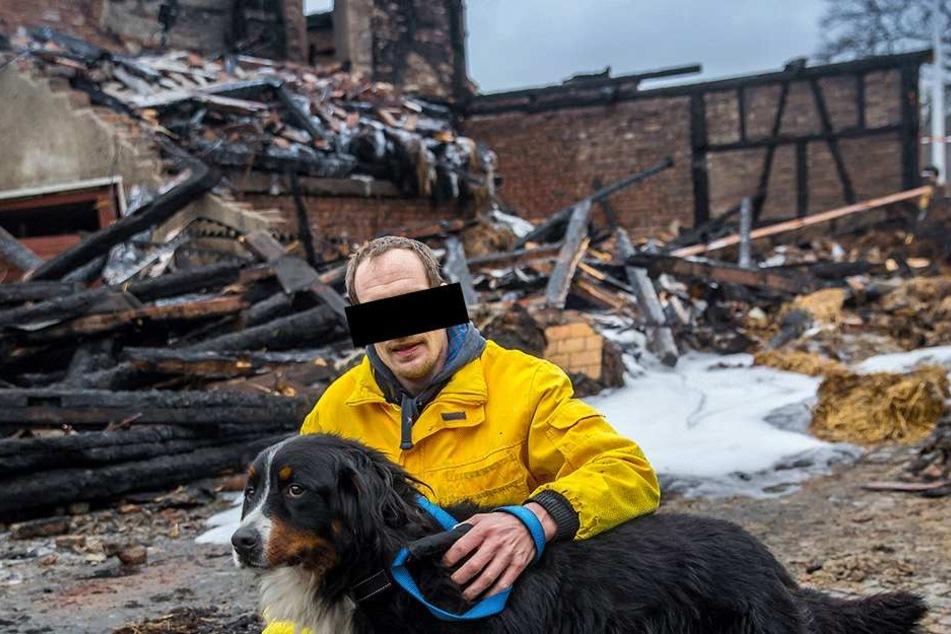 Hausbesitzer Jack Wesley J., hier vor zwei Jahren mit Hund Faro, wanderte wegen Brandstiftung in den Knast. Kaum ist er draußen, brennt es wieder.