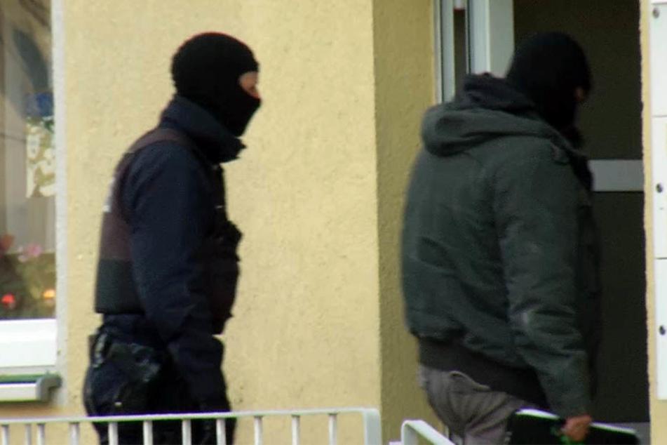 Einsatzkräfte der Polizei durchsuchten unter anderen eine Wohnung im Landkreis Börde.