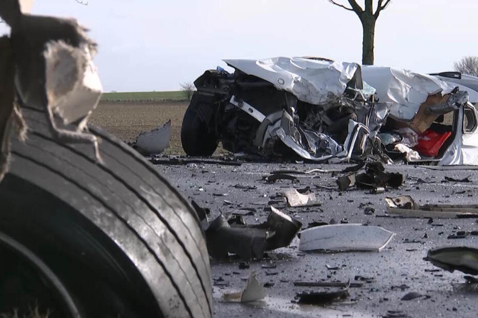 Der 54-jährige Fahrer eines BMW X3 kam dabei ums Leben.