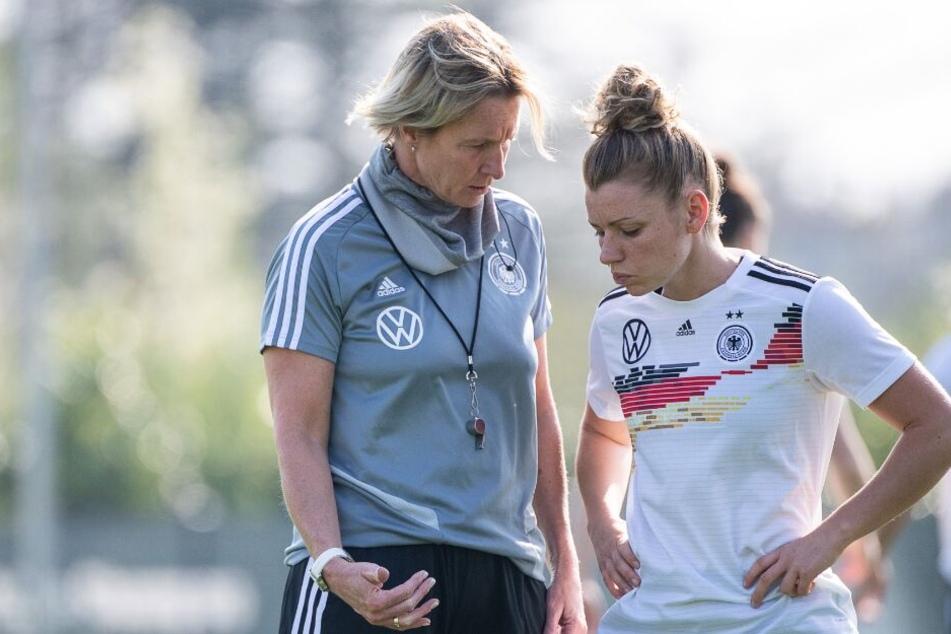 Bundestrainerin Martina Voss-Tecklenburg (l.), spricht im Abschlusstraining noch die ein oder andere Taktik an.