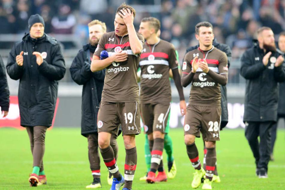 Die Spieler von St. Pauli verließen mit gesenkten Köpfen den Platz.
