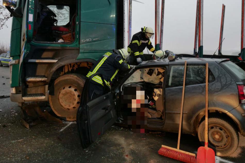 Das Unfallopfer blieb bewusstlos im Wrack eingeklemmt.