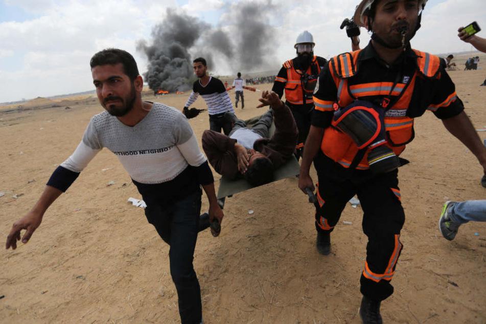 Palästinenser tragen einen verwundeten Demonstranten nahe Khan Younis.