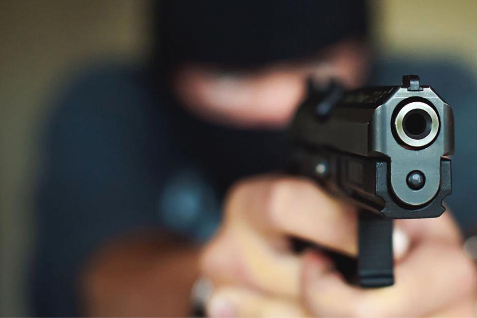 Einer der Täter bedrohte die Hotel-Angestellte mit einer Pistole. (Symbolbild)